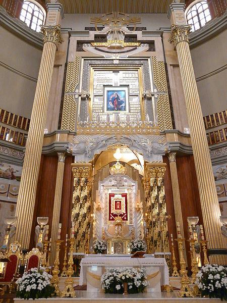 Ołtarz główny w świątyni, fot. Piotrus (CC BY-SA 3.0)