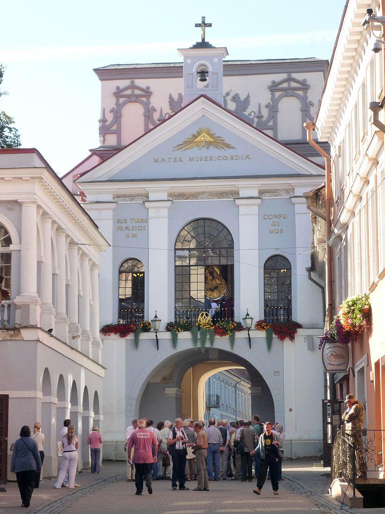 Ostra Brama, widok z ulicy Ostrobramskiej, fot. Fczarnowski (CC BY-SA 3.0).