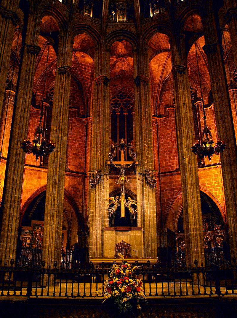 Prezbiterium z ołtarzem głównym - Barcelona