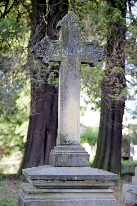 O czym należy pamiętać przy zamawianiu nagrobka u kamieniarza?